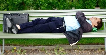 Somn REM, ce se intampla cand dormim - Poza om dormind pe banca