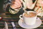 Om band o ceasca de cafea la masa